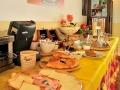 Colazione a buffet con dolci e prodotti fatti in casa